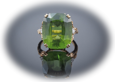 Estate ring with 18 ct peridot in 18kt yellow gold