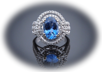 Ring with 3.6ct blue sapphire and 0.88ct diamonds in 18kt white gold