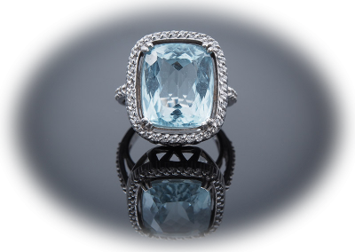 Ring with 10ct aquamarine and 0.50ct diamonds in 14kt white gold
