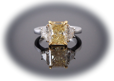 Ring with 2.36ct fancy yellow diamond in platinum and 18kt yellow gold
