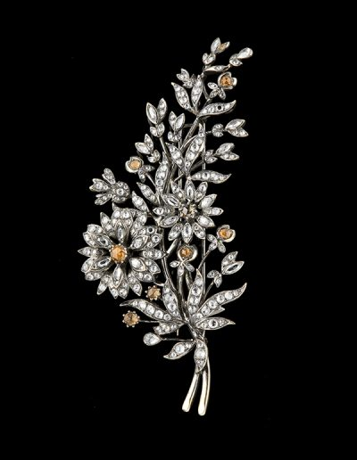 Estate brooch with 9 carats of white diamonds and 2 carats of brown diamonds in 18kt oxidized and yellow gold