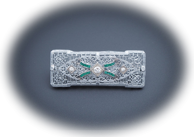 Art Deco brooch with emeralds and diamonds in 18kt white gold