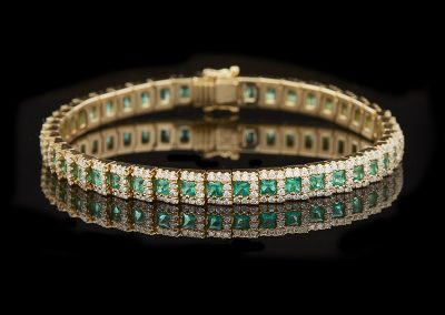 Bracelet with 3.49 carats of emeralds and 2.90 carats of diamonds in 18kt yellow gold