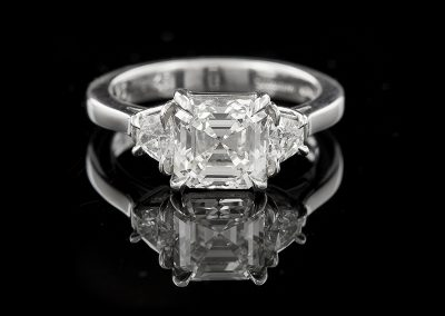 Ring with a 2.25 ct Asscher cut diamonds and 0.45 carats of diamonds in platinum