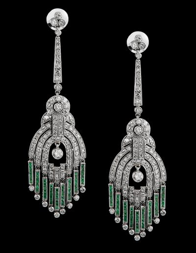 Chandelier earrings with diamonds and emeralds in platinum