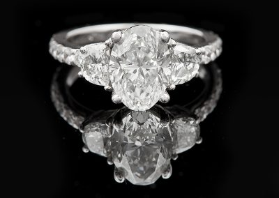 Ring with a 1.77 ct center oval diamond and side diamonds in 18kt white gold
