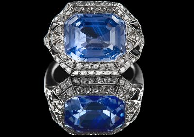 Estate ring with a 6.83 ct sapphire surrounded by sapphires and diamonds in 18kt white gold