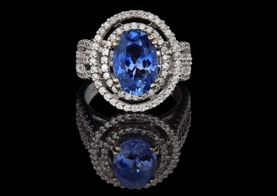 Ring with a 3.60 ct blue sapphire and 0.88 carats of diamonds in 18kt white gold