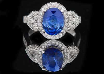 Ring with a 3.28 ct sapphire and 0.62 carats of diamonds in 18kt white gold
