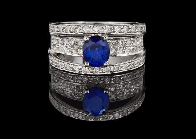 Ring with a 1 ct blue sapphire and 0.80 carats of diamonds in 18kt white gold