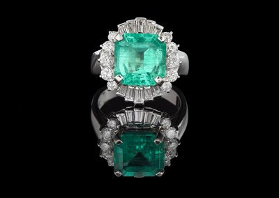 Ring with a 4.30 ct emerald and 1 carat of diamonds in 18kt white gold