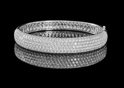 Bangle bracelet with 10.44 carats of diamonds in 18kt white gold