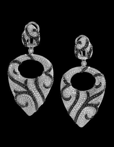 6 Dangle earrings with 5.45 carats of white diamonds and 2.60 carats of black diamonds in 14kt white gold