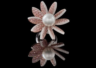 Cocktail flower ring with a pearl flanked by 7.90 carats of pink sapphires and 0 90 carats of diamonds in 18kt rose and white gold