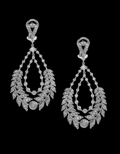 8 Dangle earrings with 3.30 carats of diamonds in 18kt white gold